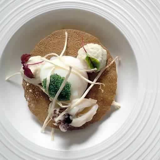 Bouillon Racine, Mousseline de choux fleurs, tarama d'oeufs de poissons volants,oeuf parfait et petites seiches