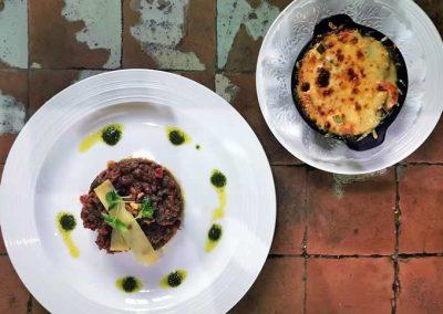 Tartare de boeuf de Normandie coupé au couteau, gratin de courgettes et tomates confites au chèvre